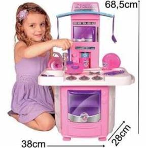 Cozinha Infantil Classic com fogão, microondas, pia e acessórios.